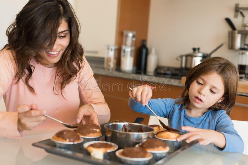 Mutter und Tochter in der Küche stockfotografie