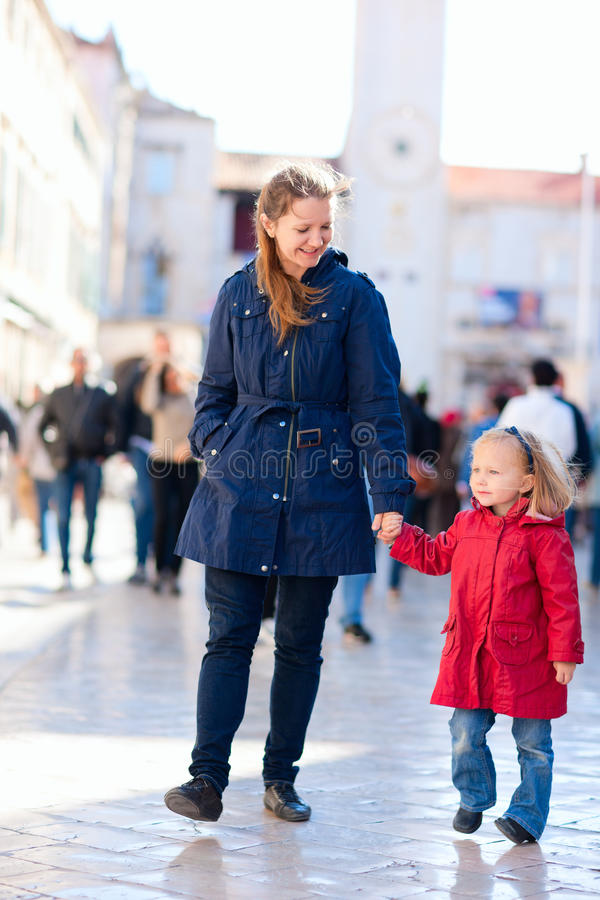 Mutter und Tochter in der Stadt stockfotos
