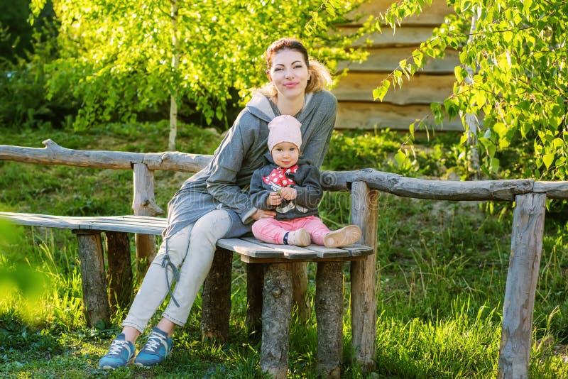 Mutter und Tochter in der Zeit des Parks im Frühjahr stockfotografie