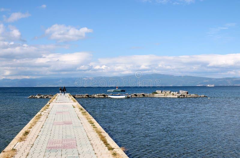 Mutter und Tochter, die auf Pier Ohrid See gehen lizenzfreie stockbilder