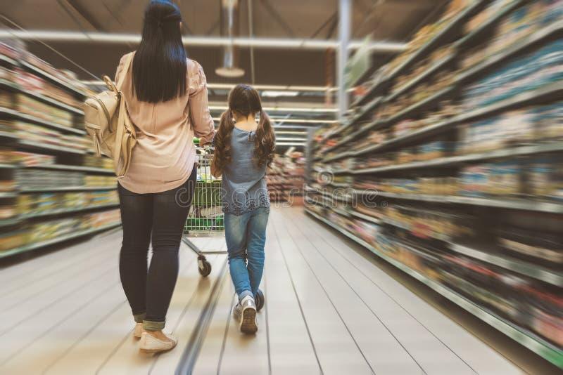 Mutter und Tochter, die das Einkaufen tun stockbild