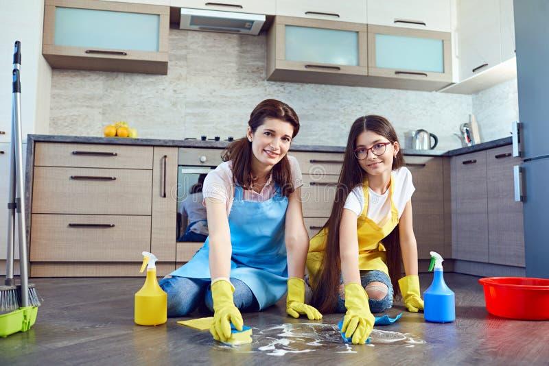 Mutter und Tochter, die das Haus säubern stockfotos