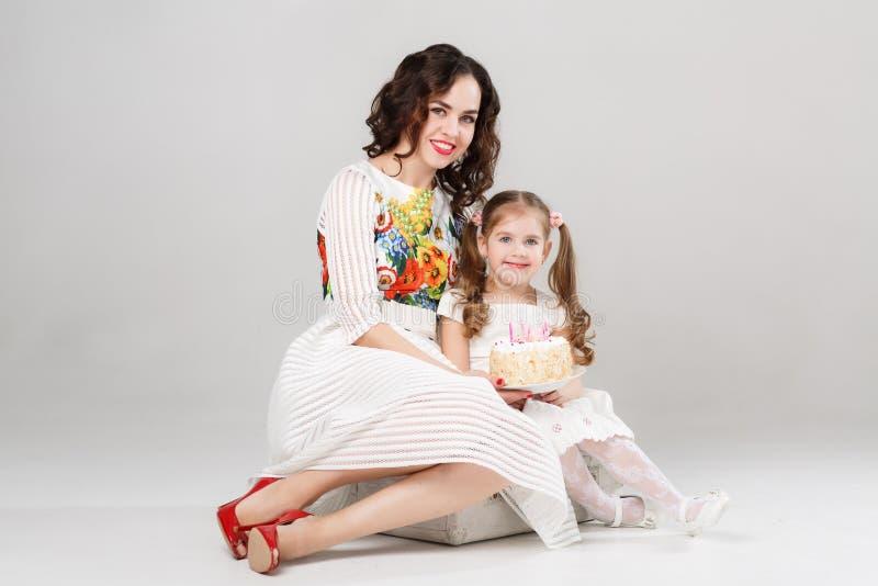 Frau Mit Der Kleinen Tochter, Die Zusammen Exersizing Ist