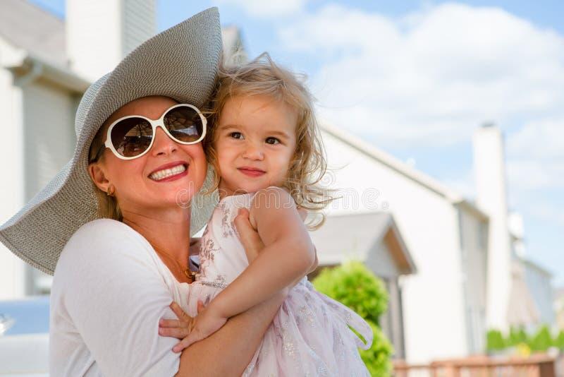 Mutter und Tochter, die draußen im Sommer umarmen stockbild