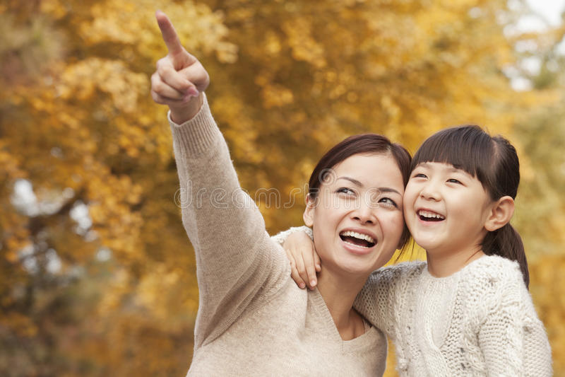 Mutter und Tochter, die einen Park im Herbst genießen stockfoto