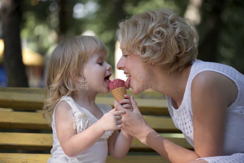 Mutter und Tochter, die Eiscreme essen stockbilder