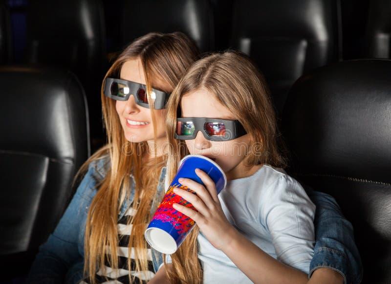 Mutter und Tochter, die Film 3D im Theater aufpassen lizenzfreie stockfotos