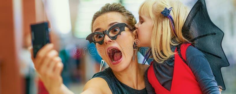 Mutter und Tochter, die furchtsames Halloween-selfie nehmen lizenzfreie stockbilder