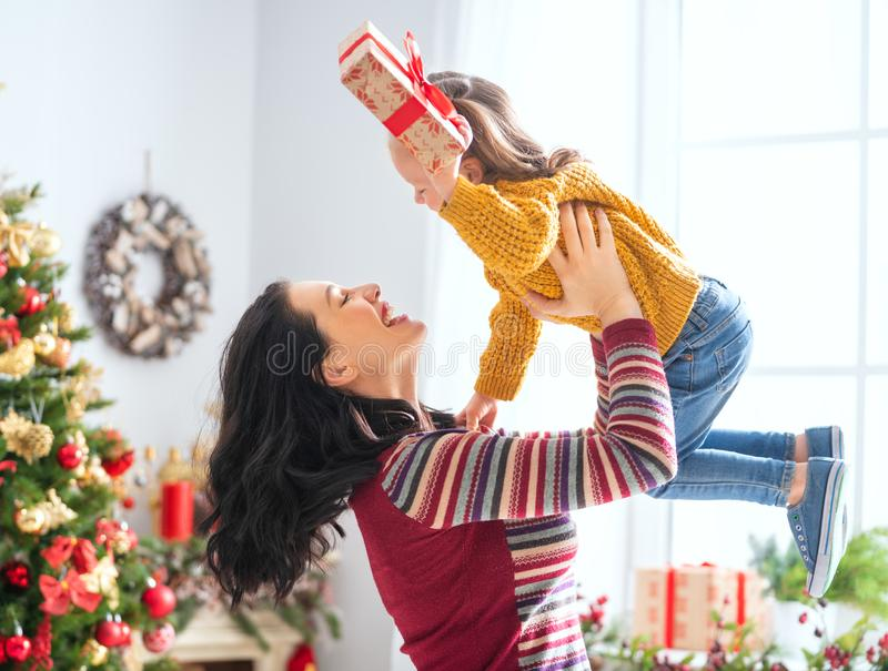 Mutter und Tochter, die Geschenke austauschen stockfotografie