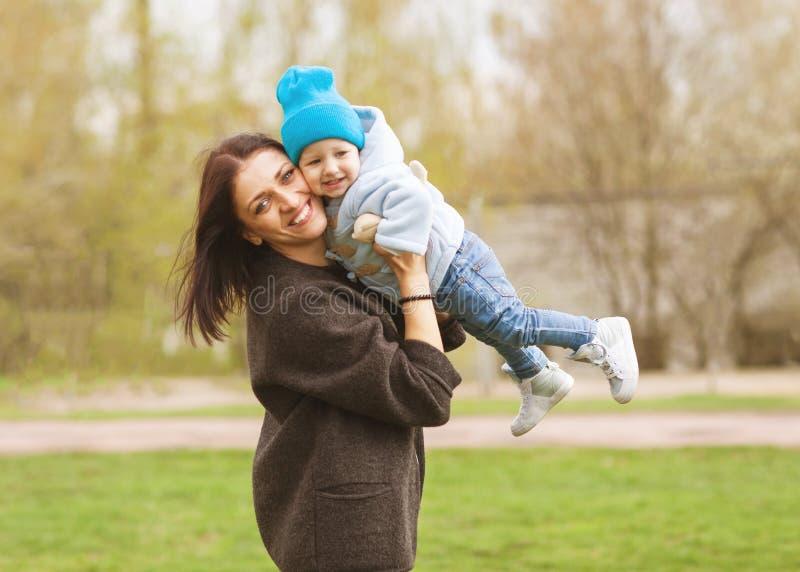 Mutter und Tochter, die im Frühjahr im Park spielen stockfoto