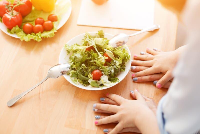 Mutter und Tochter, die Salat machen lizenzfreies stockfoto