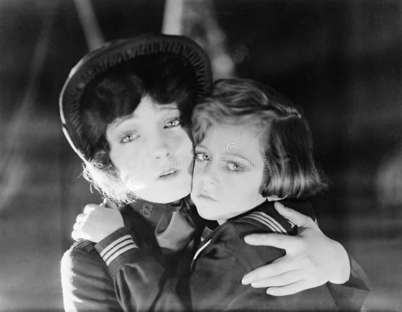 Mutter und Tochter, die sich umarmen (alle dargestellten Personen sind nicht längeres lebendes und kein Zustand existiert Liefera lizenzfreie stockfotos