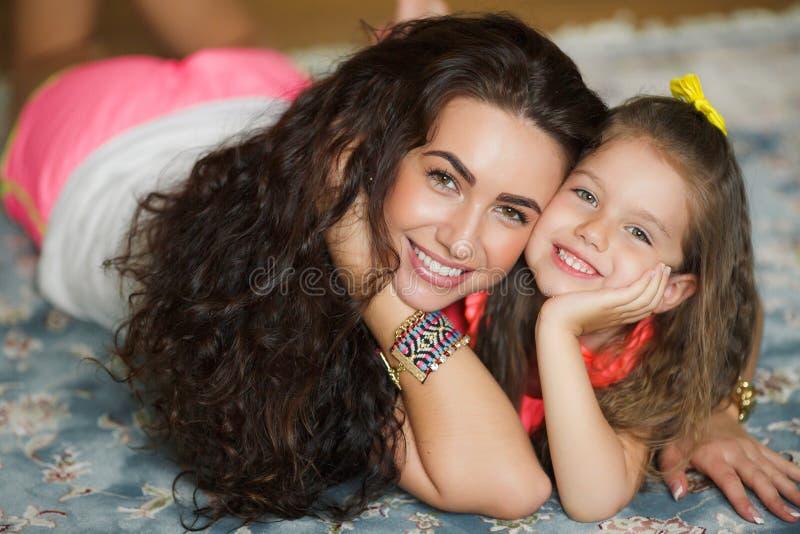 Mutter und Tochter, die sich zusammen entspannen stockbild