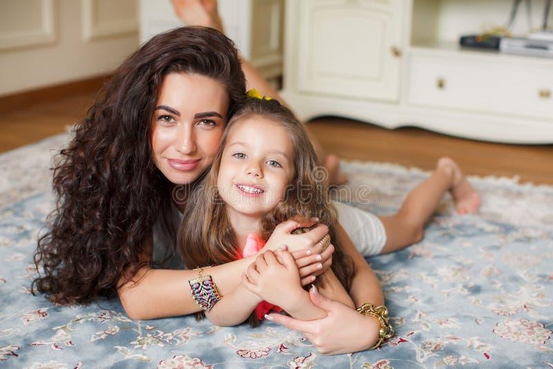 Mutter und Tochter, die sich zusammen entspannen lizenzfreies stockfoto