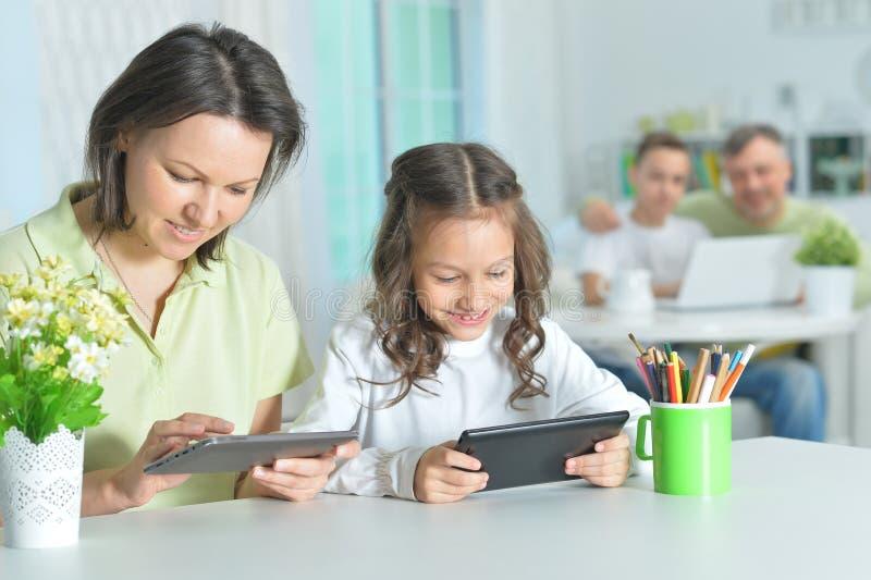 Mutter und Tochter, die Tabletten verwendet lizenzfreie stockfotos