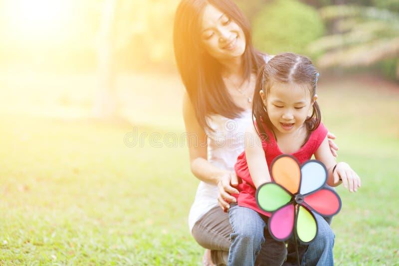 Mutter und Tochter, die Windmühle Park am im Freien spielen stockbilder