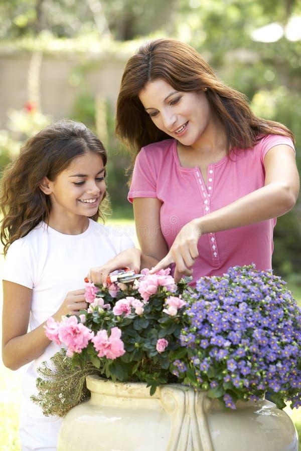 Mutter und Tochter, die zusammen im Garten arbeiten lizenzfreie stockbilder