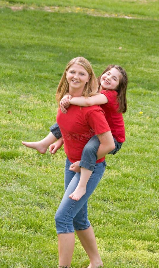 Mutter und Tochter, die zusammen spielen lizenzfreie stockfotografie