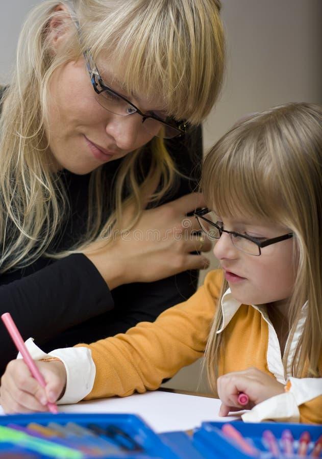 Mutter und Tochter, die zusammen zeichnen stockfotos