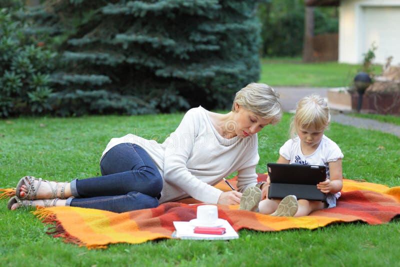 Mutter und Tochter, die zusammen Zeit verbringen lizenzfreies stockbild