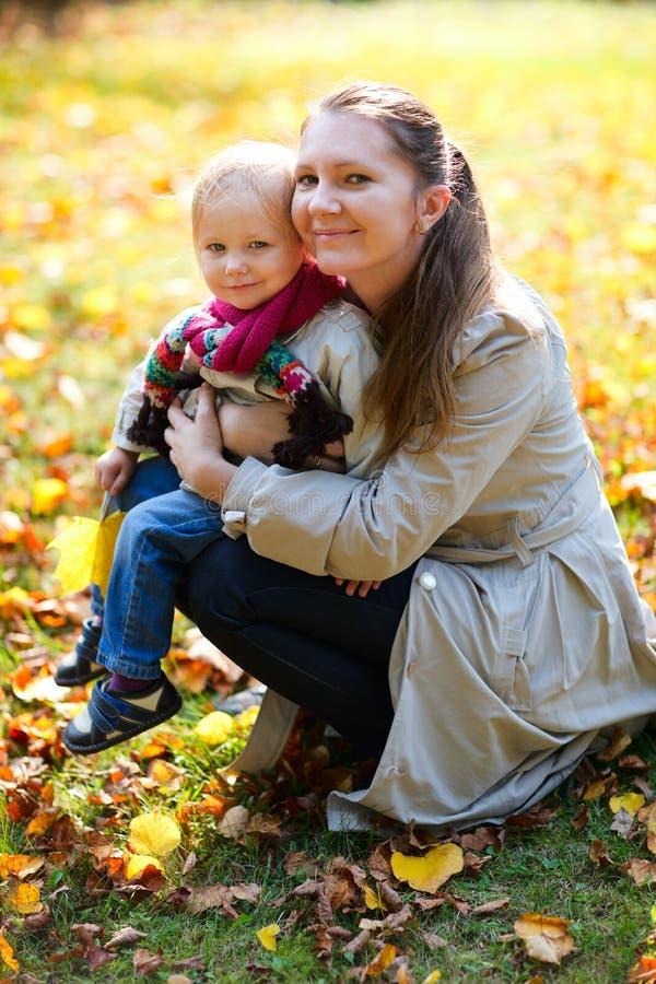 Mutter und Tochter draußen am Herbsttag lizenzfreie stockfotografie
