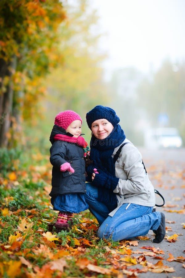 Mutter und Tochter draußen am nebeligen Tag stockfotografie