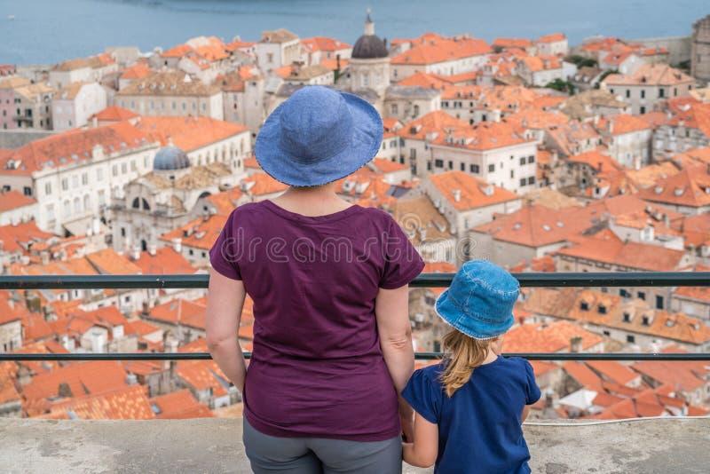 Mutter und Tochter in Dubrovnik lizenzfreie stockbilder