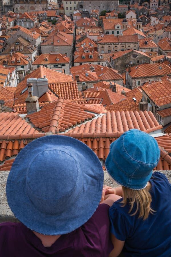 Mutter und Tochter in Dubrovnik stockbild