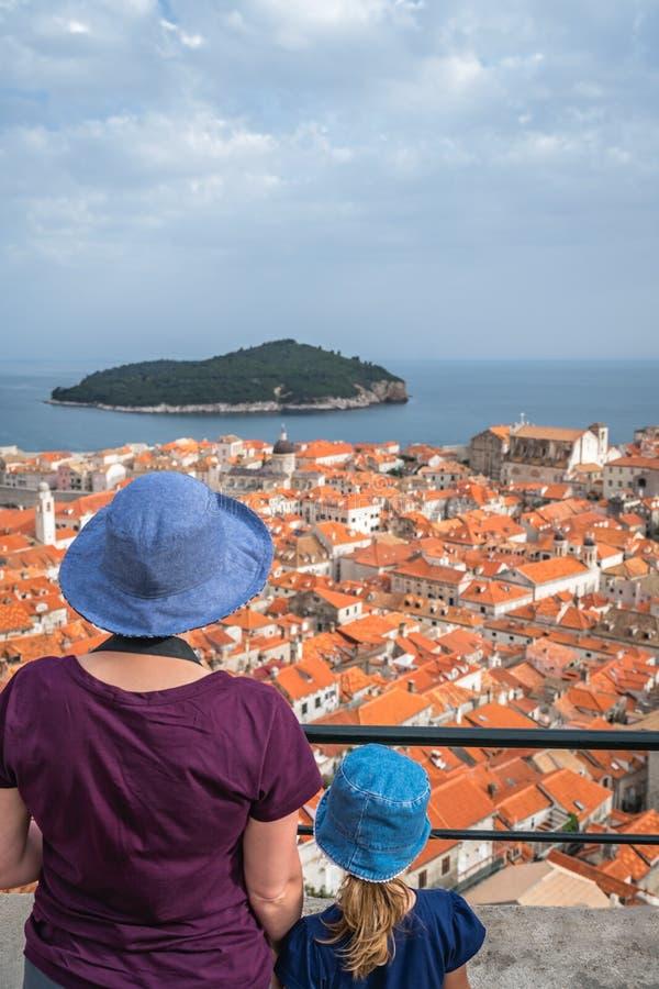 Mutter und Tochter in Dubrovnik lizenzfreie stockfotografie