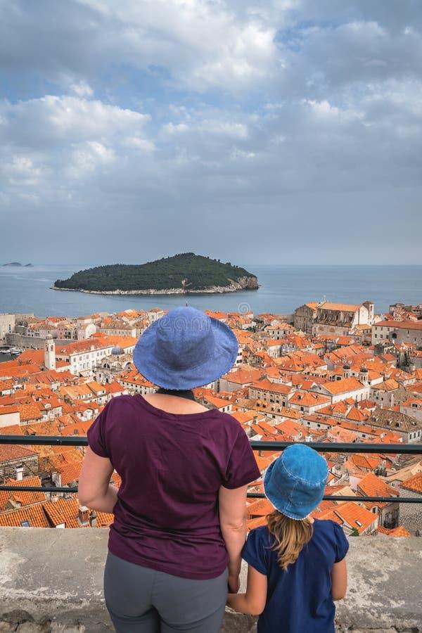 Mutter und Tochter in Dubrovnik lizenzfreies stockbild