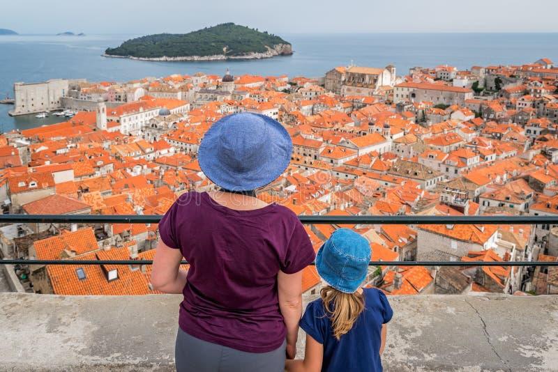 Mutter und Tochter in Dubrovnik stockfotos