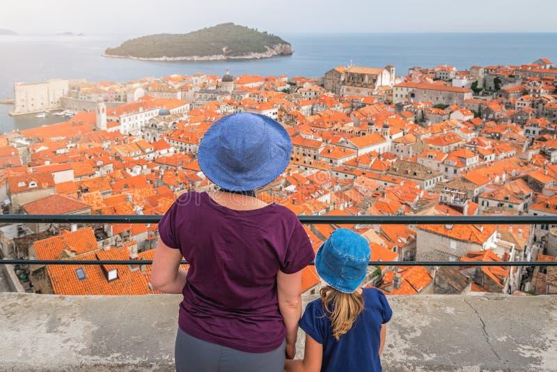Mutter und Tochter in Dubrovnik stockbilder