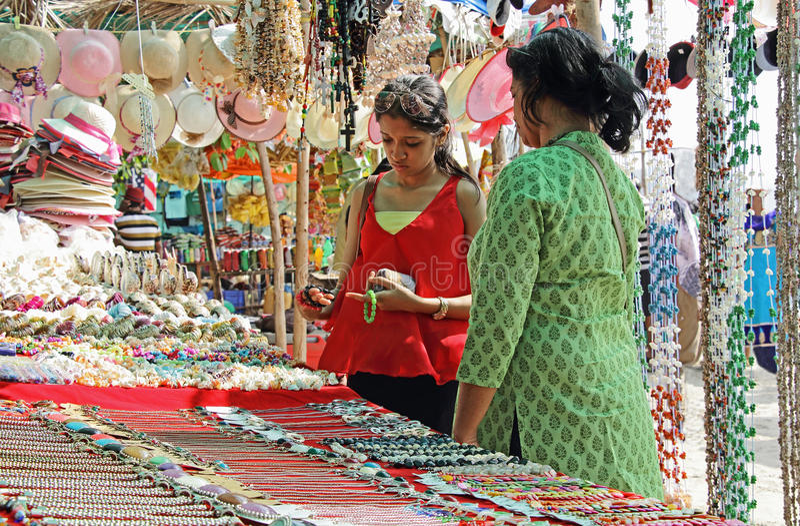 Mutter-und Tochter-Einkaufen in der Flohmarkt stockbild