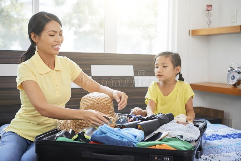 Mutter und Tochter gehen am Feiertag lizenzfreie stockbilder