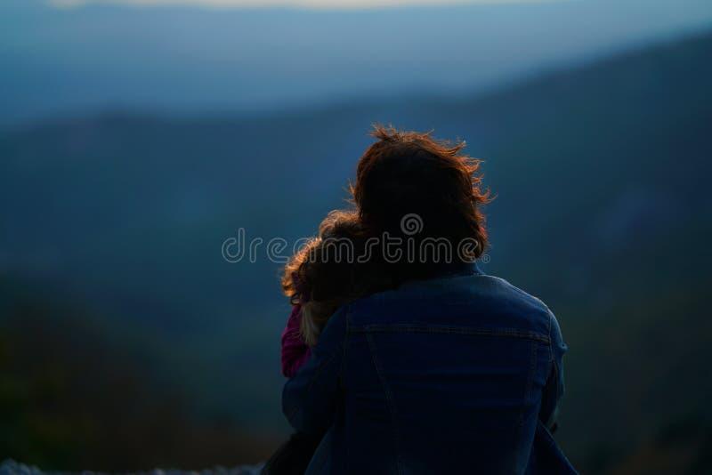 Mutter und Tochter genießen die Ansicht der verzauberten Beschaffenheit des Berges in Euboea stockfotografie