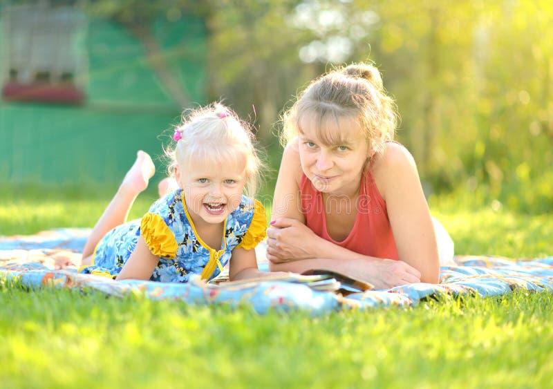 Mutter und Tochter haben Rest auf Natur stockfotos
