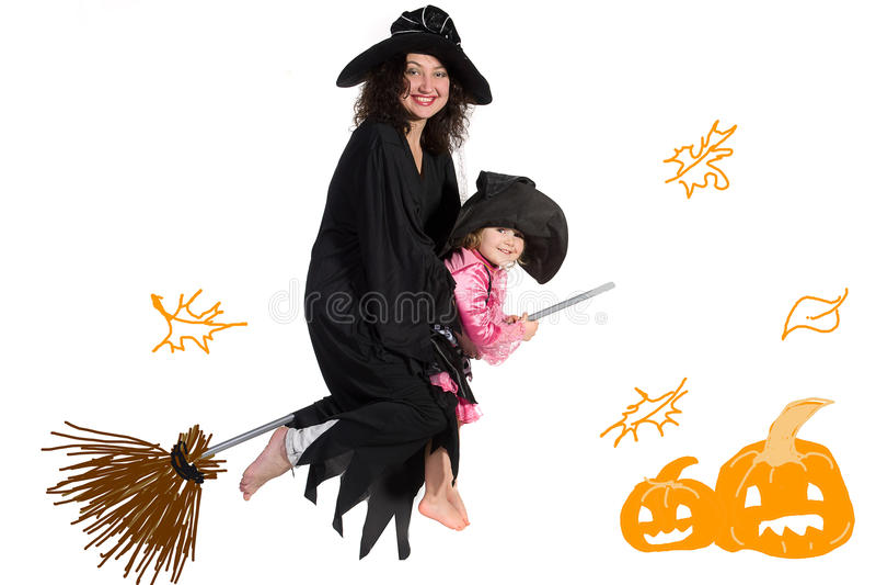 Mutter und Tochter in Halloween-Kostümen lizenzfreie stockfotografie