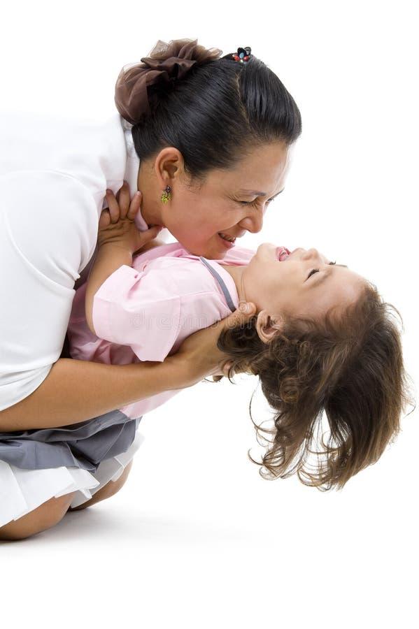 Mutter- und Tochter havin Spaß lizenzfreie stockfotografie