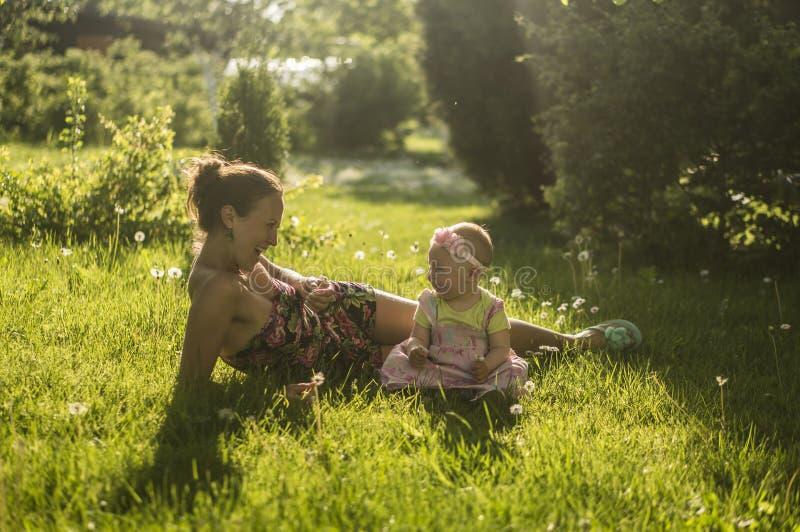 Mutter und Tochter II stockbild