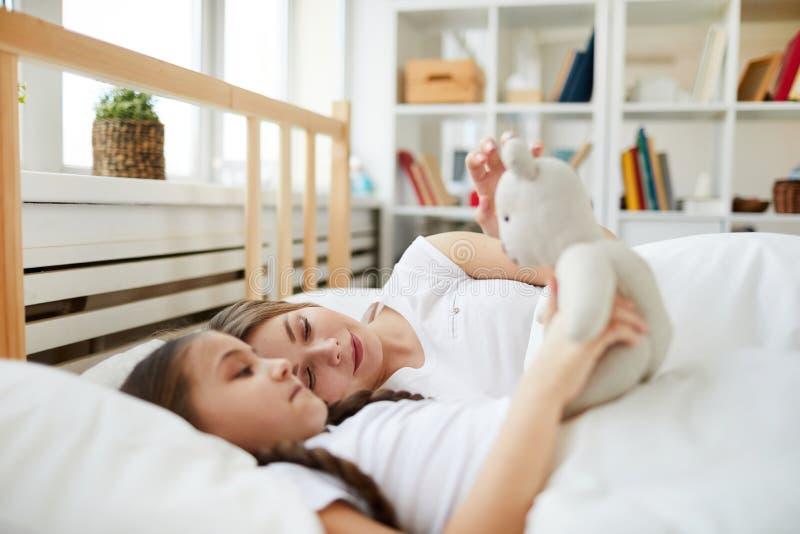Mutter und Tochter im Bett stockfotografie
