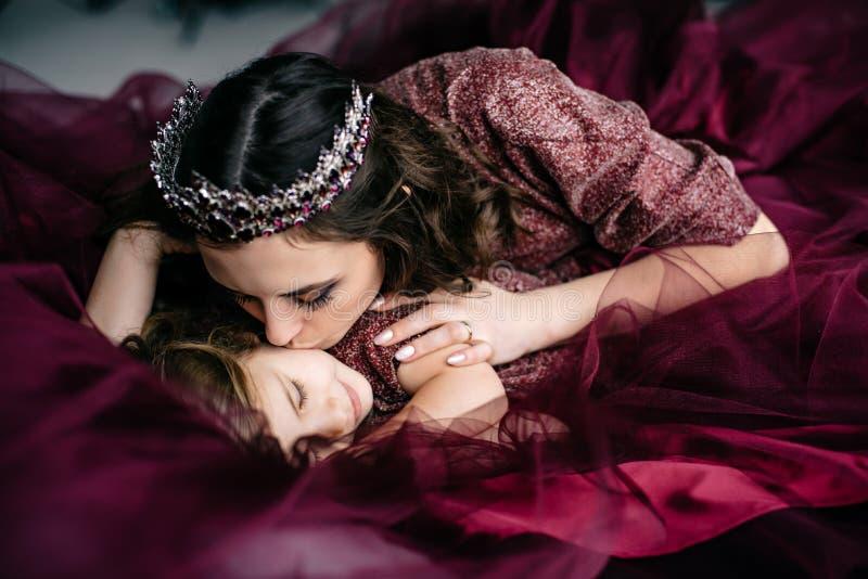 Mutter und Tochter im Bild der Königin und der Prinzessin kleiden an lizenzfreies stockbild
