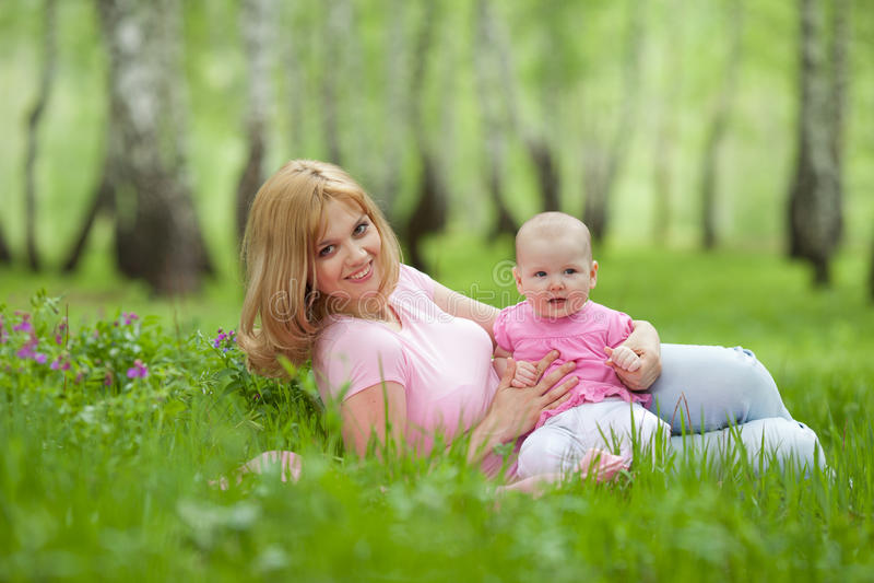 Mutter und Tochter im Birkenfrühlingspark stockbild