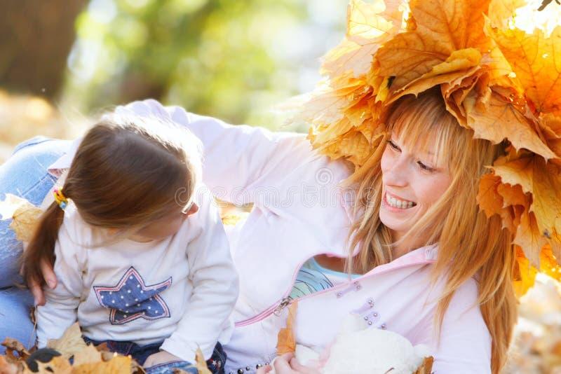 Mutter und Tochter im Herbstpark stockbilder