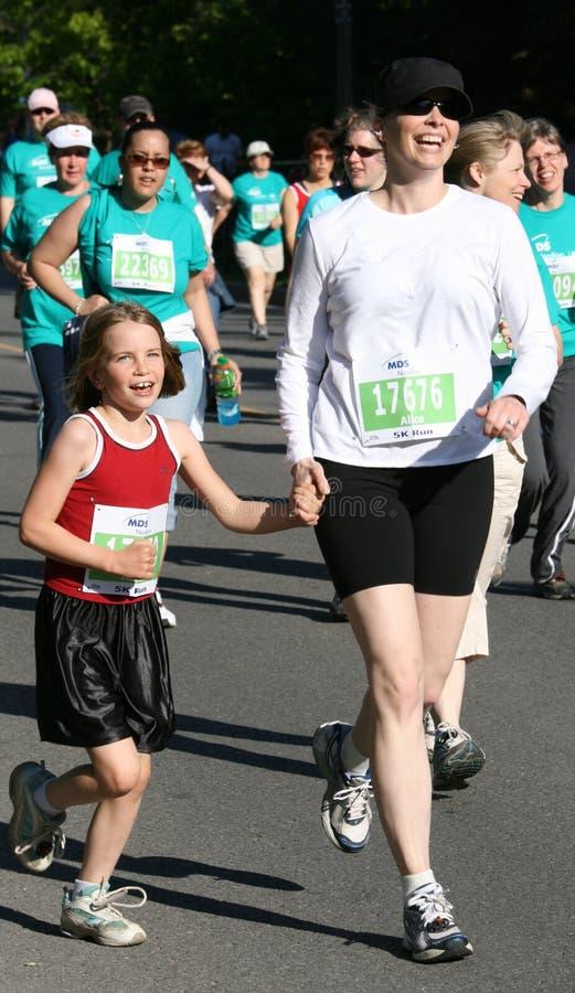 Mutter und Tochter im Lack-Läufer 5K lizenzfreie stockfotos