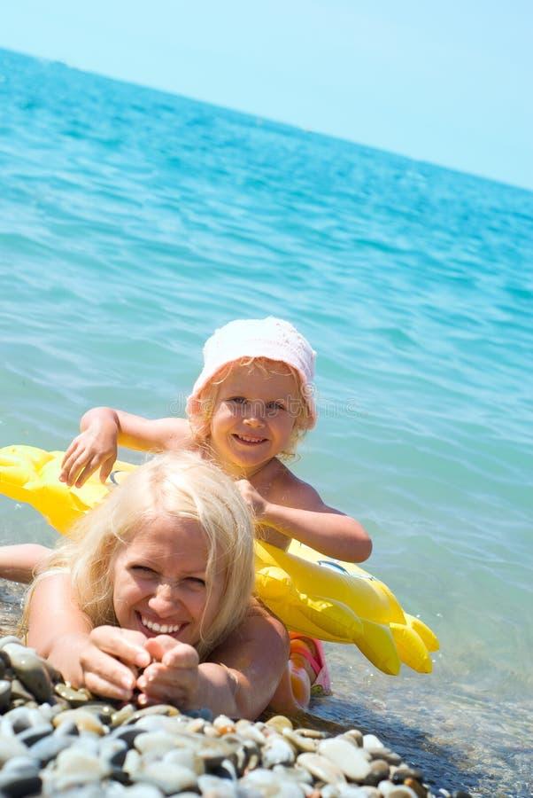 Mutter und Tochter im Meer stockfotos
