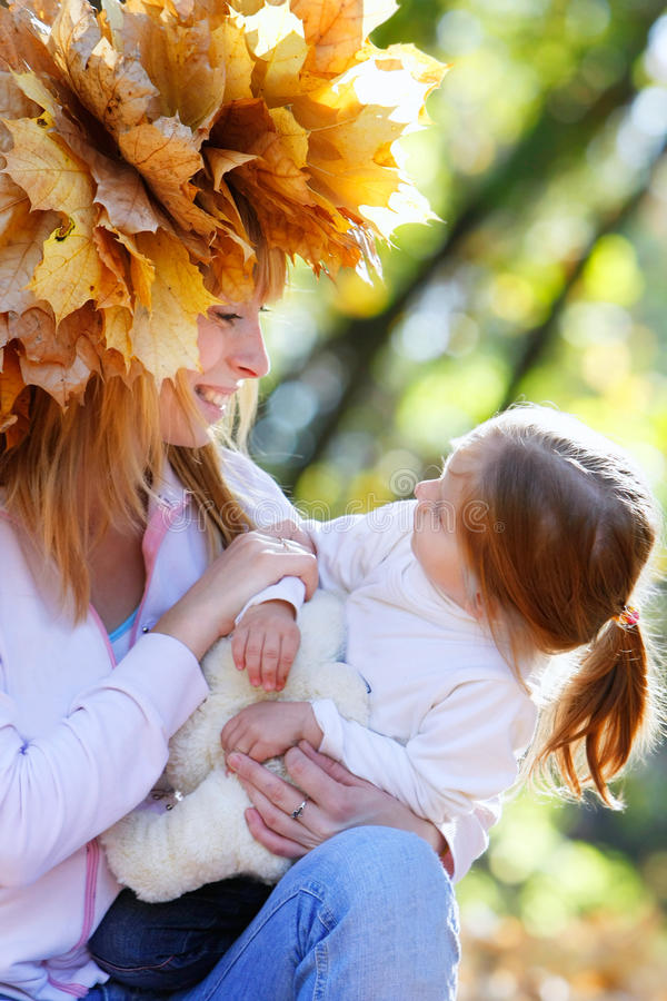 Mutter und Tochter im Park stockbild
