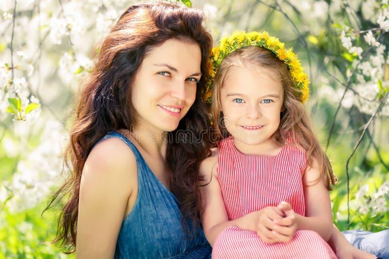 Mutter und Tochter im sonnigen Park stockfoto