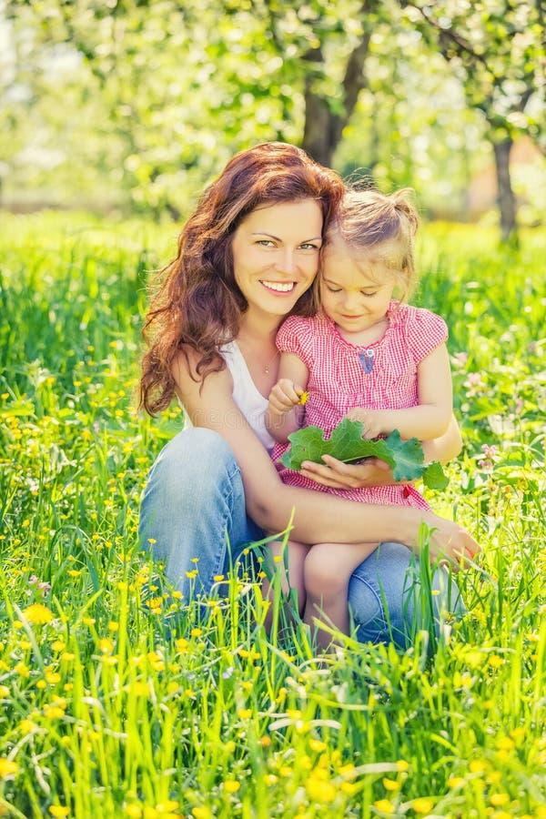 Mutter und Tochter im sonnigen Park lizenzfreies stockfoto