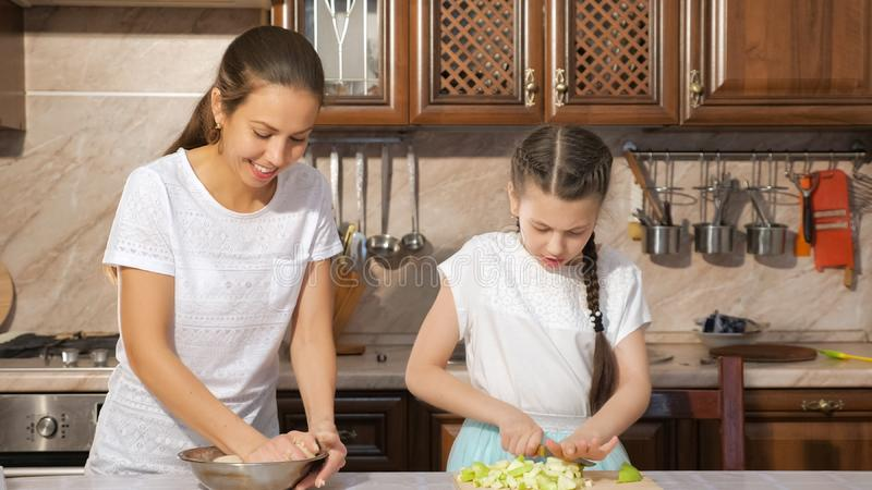 Mamma Und Tochter, Die Zusammen Kochen Stockbild - Bild