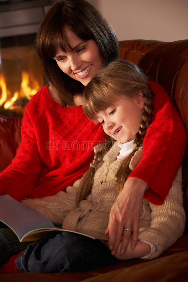 Mutter-und Tochter-Lesebuch stockfotos